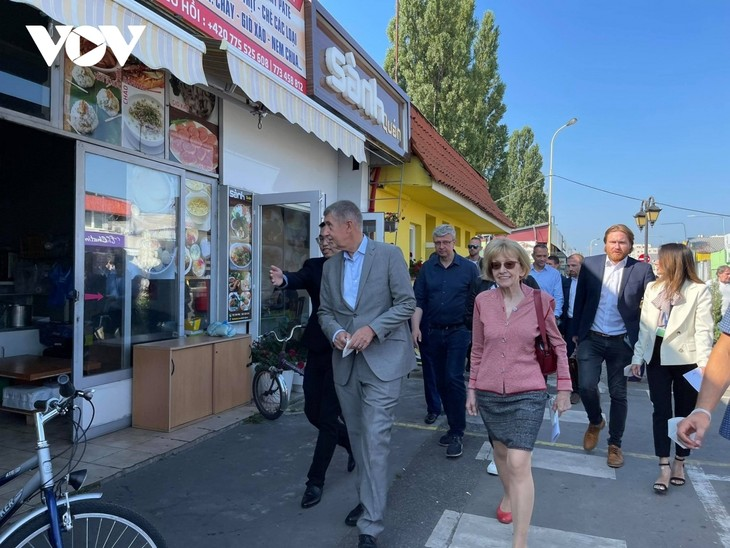 Czech PM has haircut, shops at Vietnamese owned trading centre in Prague - ảnh 7