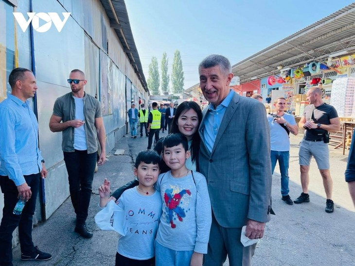 Czech PM has haircut, shops at Vietnamese owned trading centre in Prague - ảnh 8