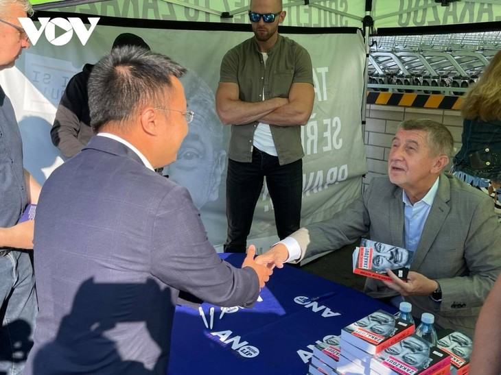 Czech PM has haircut, shops at Vietnamese owned trading centre in Prague - ảnh 9
