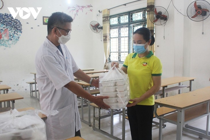 Women of Hanoi offer free meals for frontline workers during COVID-19 fight - ảnh 2