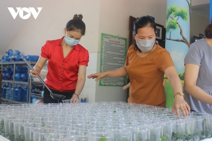 Women of Hanoi offer free meals for frontline workers during COVID-19 fight - ảnh 7
