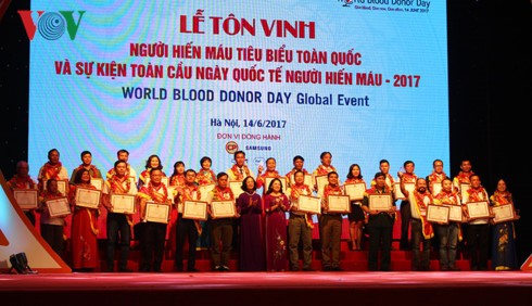 Vietnam honors 100 outstanding blood donors - ảnh 1