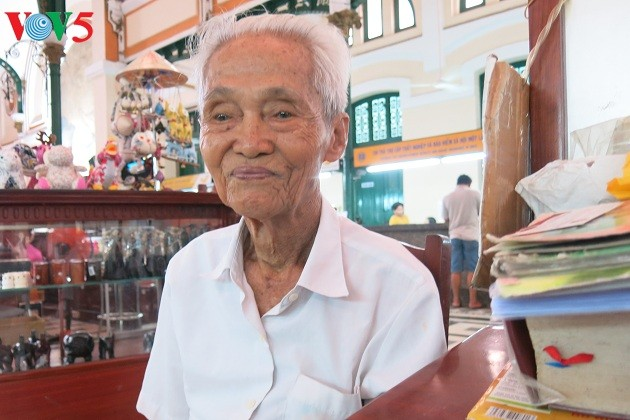 Duong Van Ngo, a public letter writer at the Saigon Central Post Office  - ảnh 1