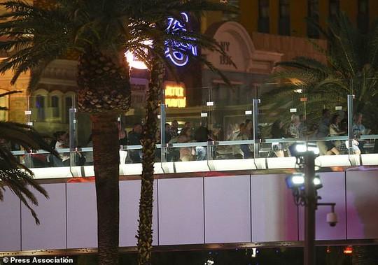 At least 50 killed in Las Vegas shooting - ảnh 1