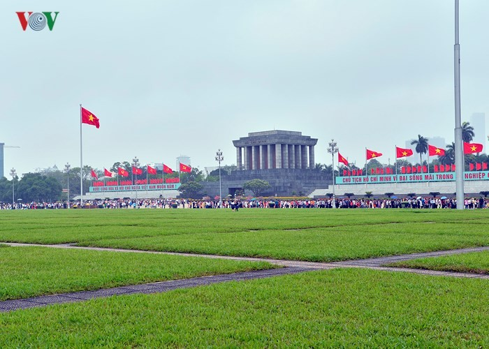 People pay tribute to President Ho Chi Minh on Reunification Day - ảnh 1