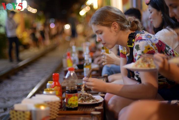 Unique railway café in Hanoi - ảnh 13