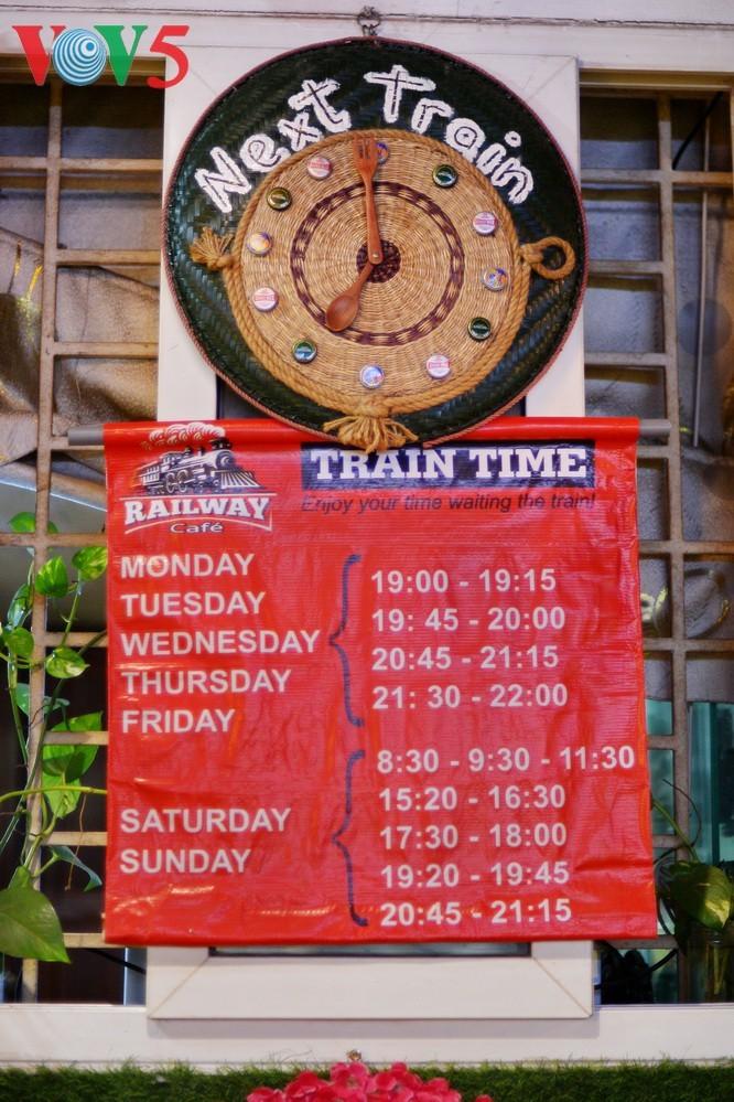 Unique railway café in Hanoi - ảnh 14