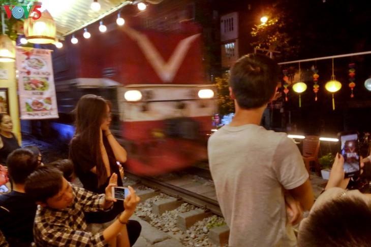 Unique railway café in Hanoi - ảnh 15