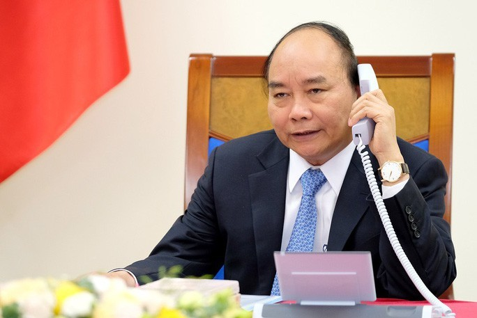 PM Nguyen Xuan Phuc discusses COVID-19 fight with Chinese counterpart - ảnh 1