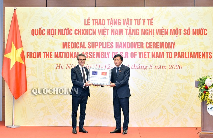 Vietnamese NA gives medical supplies to foreign parliaments - ảnh 1