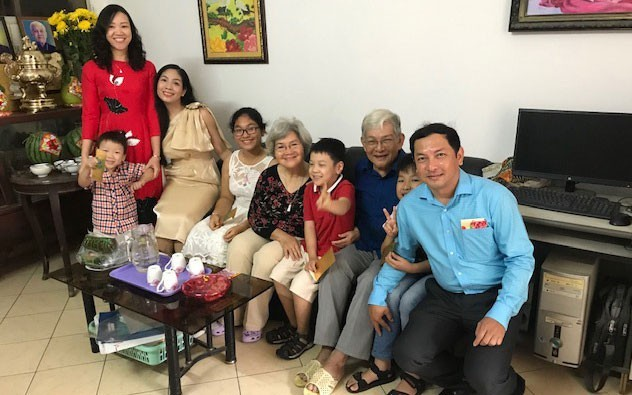 A teacher's happy family where members care for one another - ảnh 2