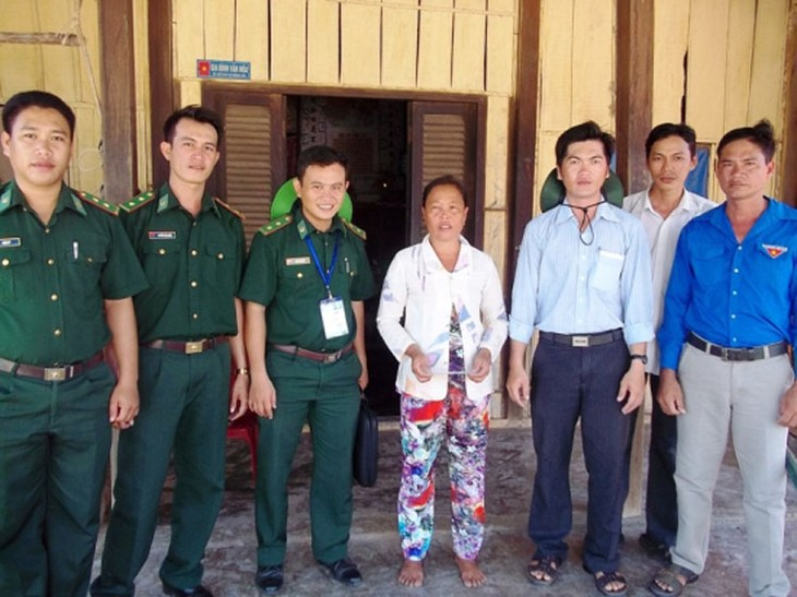 Soldier helps improve lives in border area - ảnh 1