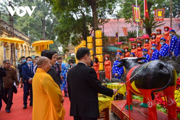 Thang Long relic site sees reenactment of traditional Tet rituals - ảnh 2