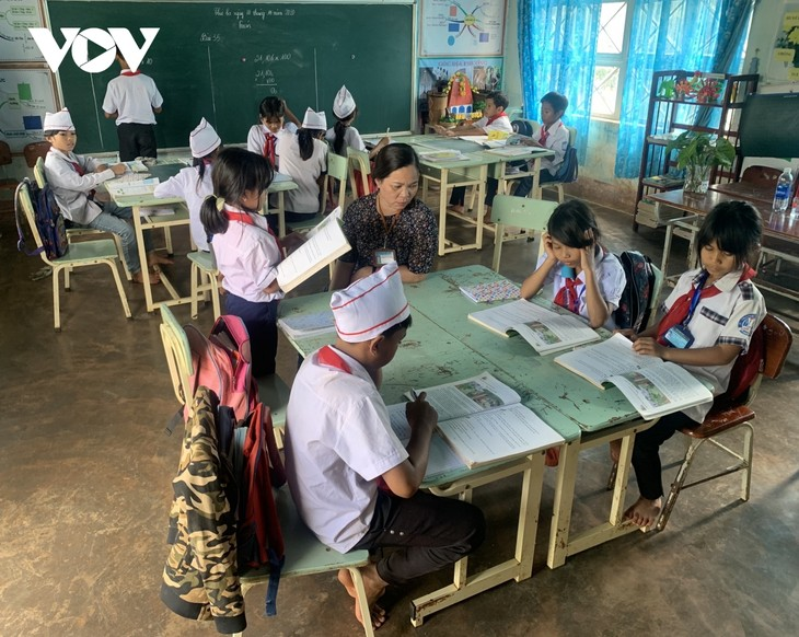 Gia Lai teacher devotes to poor ethnic pupils  - ảnh 2