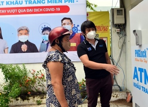 Inventor of Vietnam's rice and face mask ATMs - ảnh 2