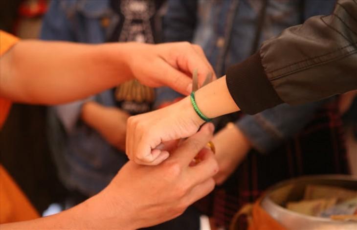 Thread bracelet tying custom of ethnic people in Vietnam's northern mountains  - ảnh 2