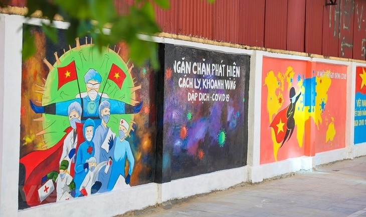 Murals in Hanoi convey message of fighting Covid-19 - ảnh 1