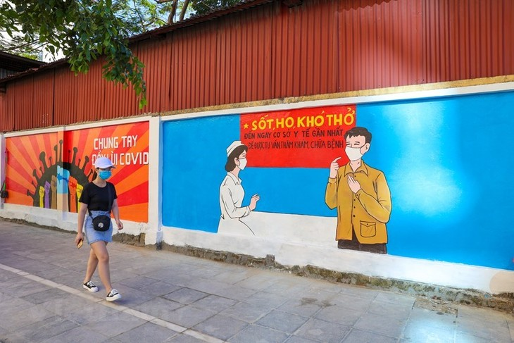 Murals in Hanoi convey message of fighting Covid-19 - ảnh 2