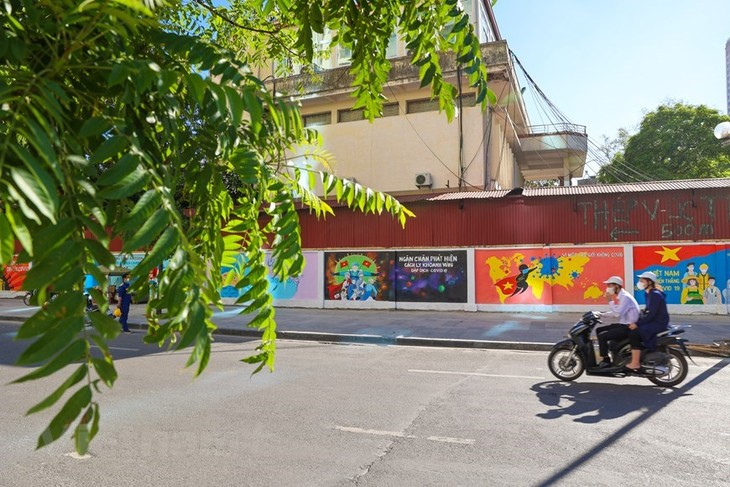 Murals in Hanoi convey message of fighting Covid-19 - ảnh 3