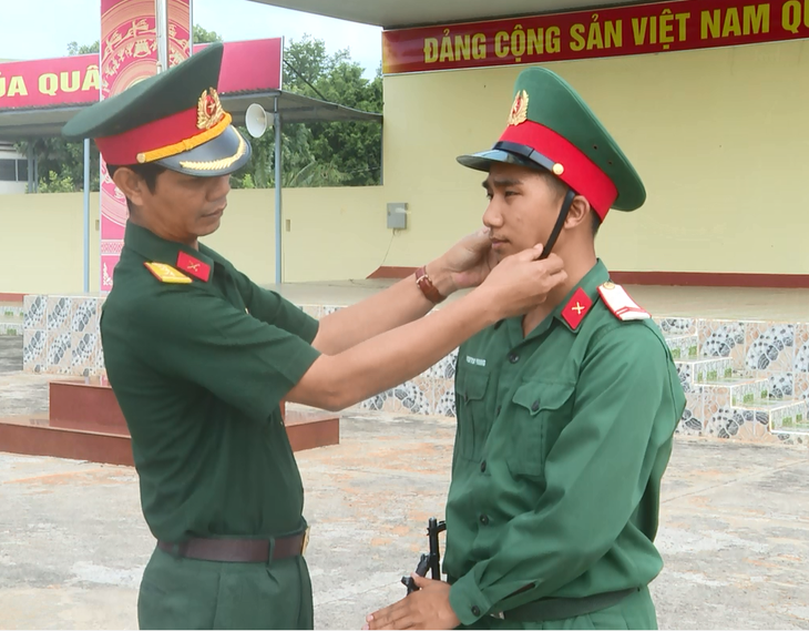 E De military officer serves as role model in following President Ho Chi Minh's moral example  - ảnh 1