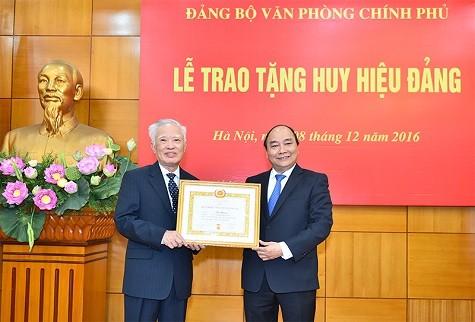 Trao Huy hiệu 55 năm tuổi Đảng tặng nguyên Phó Thủ tướng Vũ Khoan  - ảnh 1