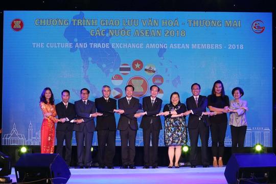 Khai mạc Triển lãm ảnh thành tựu 15 năm thương hiệu quốc gia Việt Nam - ảnh 1