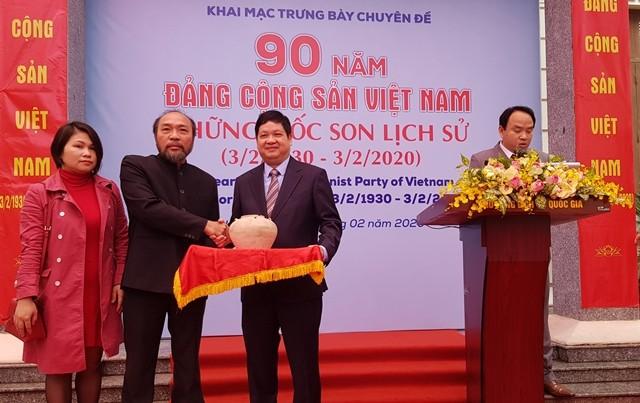 """Khai mạc trưng bày """"90 năm Đảng Cộng sản Việt Nam-Những mốc son lịch sử"""" - ảnh 2"""