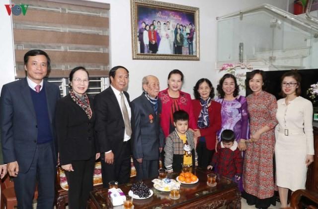 Chủ tịch Quốc hội Nguyễn Thị Kim Ngân thăm và tặng quà cho các gia đình lão thành cách mạng tại Hải Phòng   - ảnh 1
