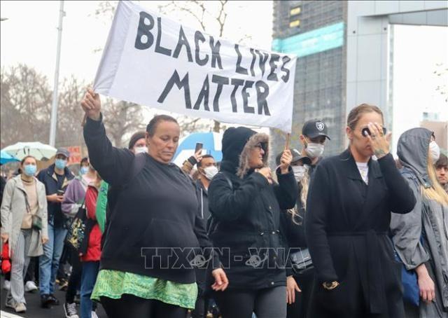 Biểu tình chống phân biệt chủng tộc lan rộng ra ngoài biên giới Mỹ - ảnh 1