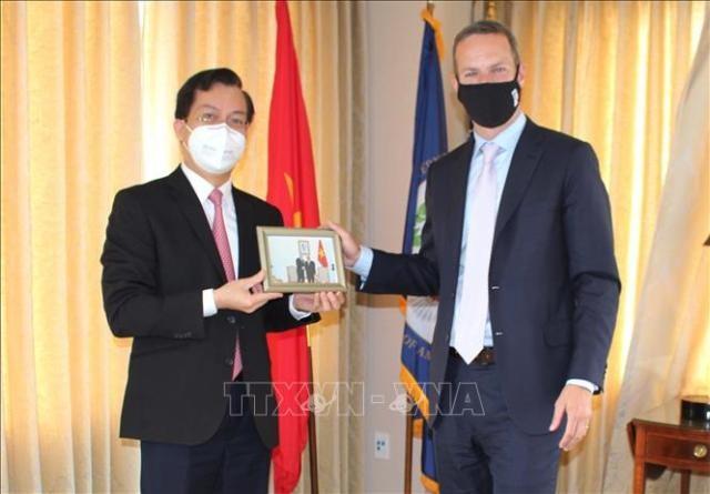 Đại sứ quán Việt Nam tại Hoa Kỳ tặng khẩu trang cho Cơ quan Phát triển tài chính quốc tế Hoa Kỳ - ảnh 1