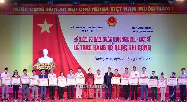Chủ tịch Quốc hội Nguyễn Thị Kim Ngân dự Lễ trao bằng Tổ quốc ghi công - ảnh 2