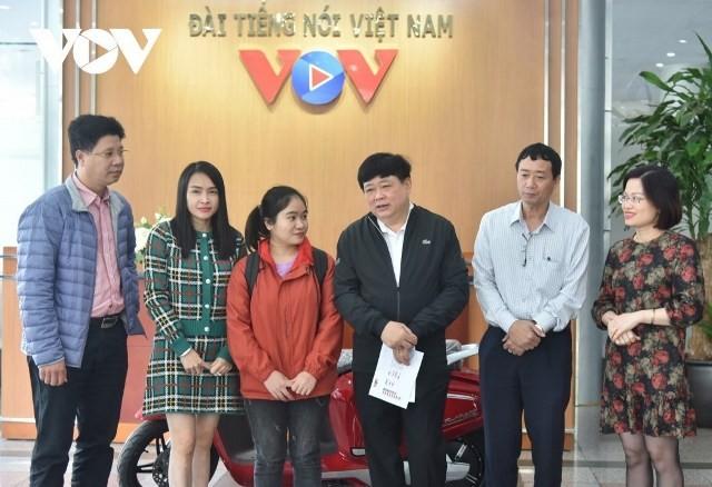 VOV trao xe máy điện của nhà tài trợ tặng sinh viên nghèo vượt khó miền Trung - ảnh 1