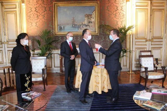Đại sứ Việt Nam tại Pháp Nguyễn Thiệp được trao tặng Huân chương Bắc đẩu Bội tinh - ảnh 1