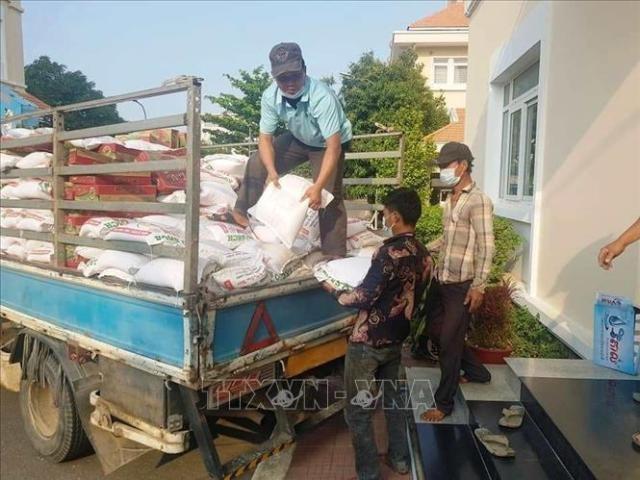 Dịch COVID-19: Cộng đồng gốc Việt ở Campuchia tiếp nhận hàng chục tấn hàng thiết yếu - ảnh 1