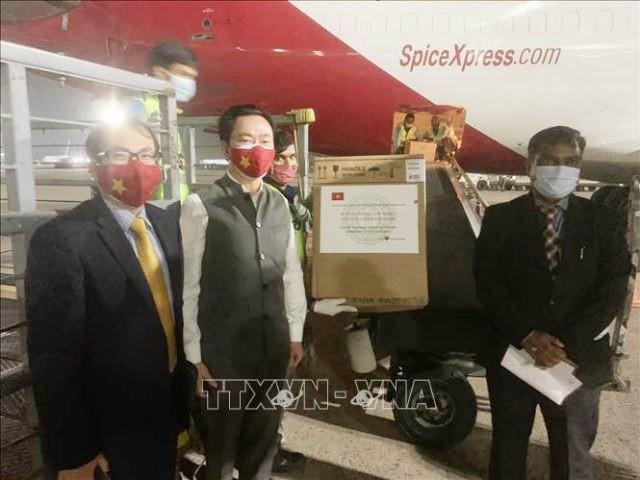 Việt Nam trao tặng thiết bị y tế hỗ trợ Ấn Độ chống dịch COVID-19  - ảnh 1