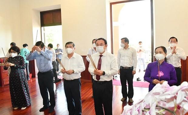 Dâng hương tưởng nhớ Chủ tịch Hồ Chí Minh, Chủ tịch Tôn Đức Thắng, tri ân người có công với nước  - ảnh 1