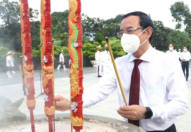 Dâng hương tưởng nhớ Chủ tịch Hồ Chí Minh, Chủ tịch Tôn Đức Thắng, tri ân người có công với nước  - ảnh 2