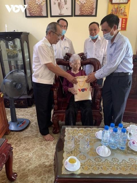 Đài tiếng nói Việt Nam trao quà ủng hộ các gia đình chính sách tại một số địa phương với tổng giá trị hơn 300 triệu đồng - ảnh 2