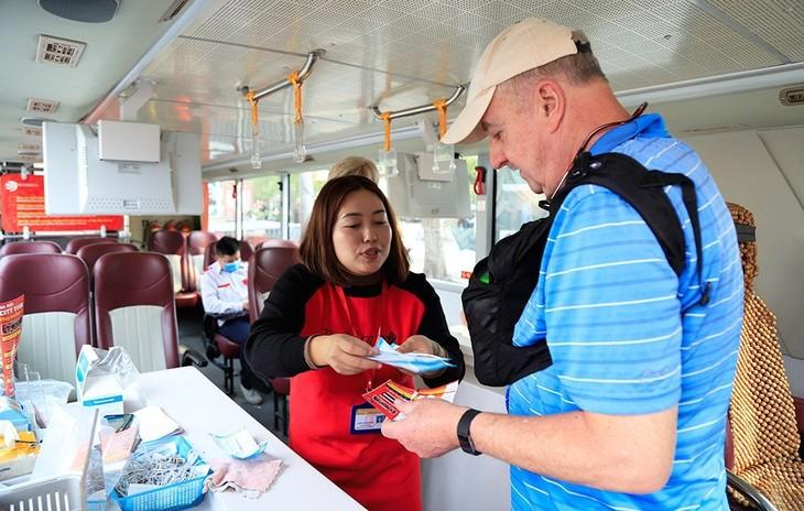 Hành khách đánh giá cao việc phát khẩu trang miễn phí trên tuyến buýt 2 tầng - ảnh 6