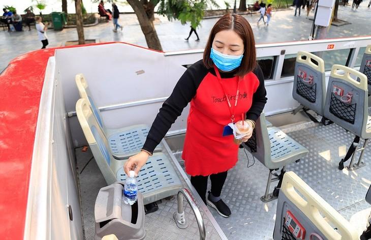 Hành khách đánh giá cao việc phát khẩu trang miễn phí trên tuyến buýt 2 tầng - ảnh 8