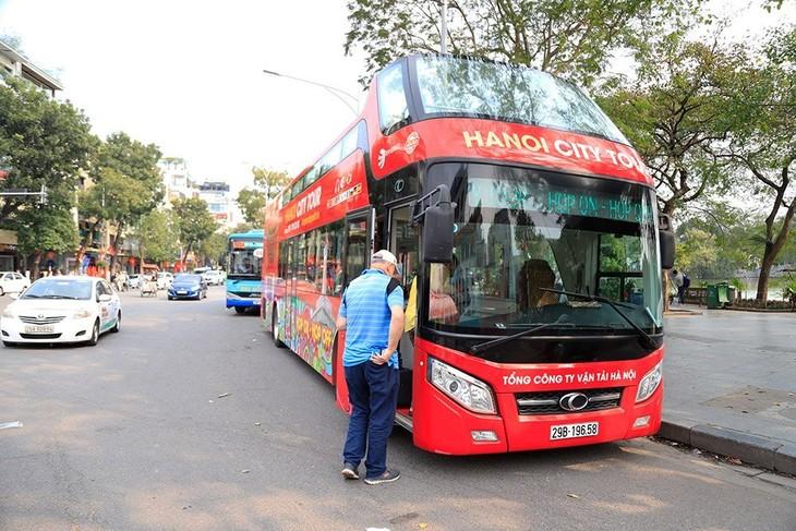Hành khách đánh giá cao việc phát khẩu trang miễn phí trên tuyến buýt 2 tầng - ảnh 1