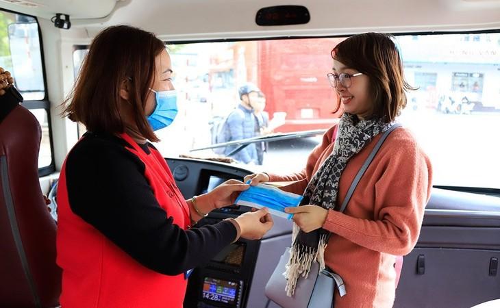 Hành khách đánh giá cao việc phát khẩu trang miễn phí trên tuyến buýt 2 tầng - ảnh 2