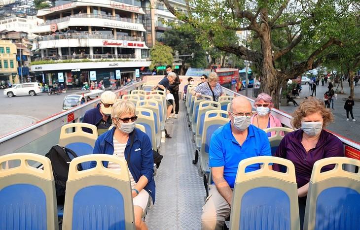 Hành khách đánh giá cao việc phát khẩu trang miễn phí trên tuyến buýt 2 tầng - ảnh 9