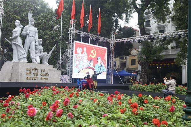 Hà Nội rực rỡ cờ, hoa mừng 90 năm Ngày thành lập Đảng - ảnh 6