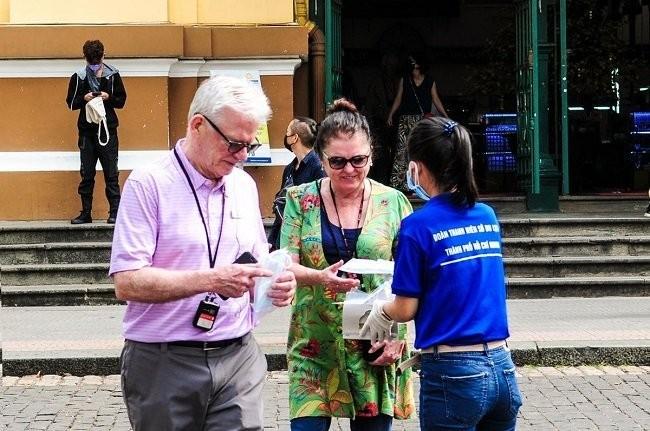 Thành phố Hồ Chí Minh phát miễn phí hàng ngàn khẩu trang y tế cho du khách - ảnh 1