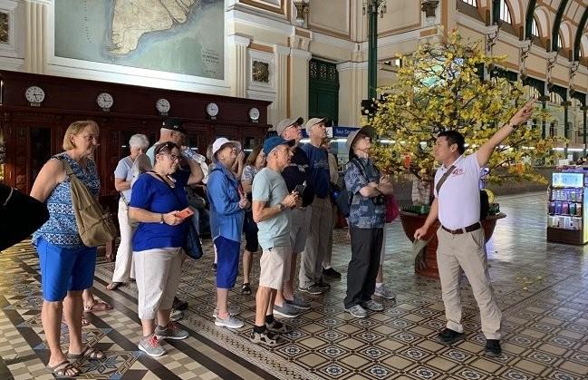 Thành phố Hồ Chí Minh phát miễn phí hàng ngàn khẩu trang y tế cho du khách - ảnh 2