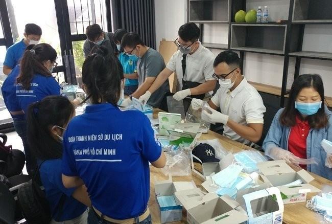 Thành phố Hồ Chí Minh phát miễn phí hàng ngàn khẩu trang y tế cho du khách - ảnh 3