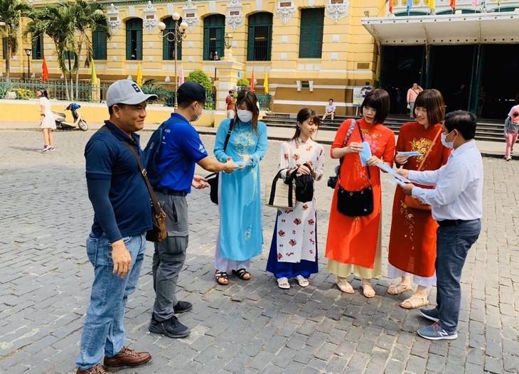 Thành phố Hồ Chí Minh phát miễn phí hàng ngàn khẩu trang y tế cho du khách - ảnh 4