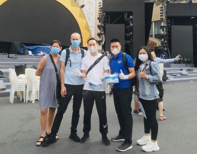 Thành phố Hồ Chí Minh phát miễn phí hàng ngàn khẩu trang y tế cho du khách - ảnh 5