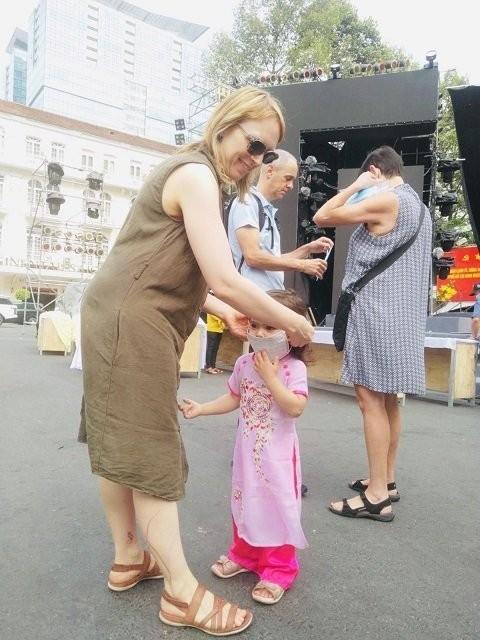 Thành phố Hồ Chí Minh phát miễn phí hàng ngàn khẩu trang y tế cho du khách - ảnh 6